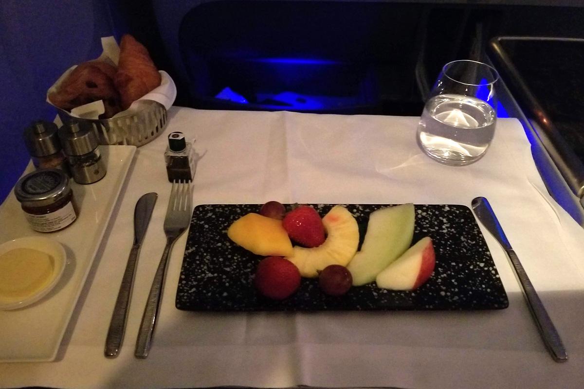 カタール航空ビジネスクラスの機内食 フルーツプレート 朝(成田 - ドーハ QR807)