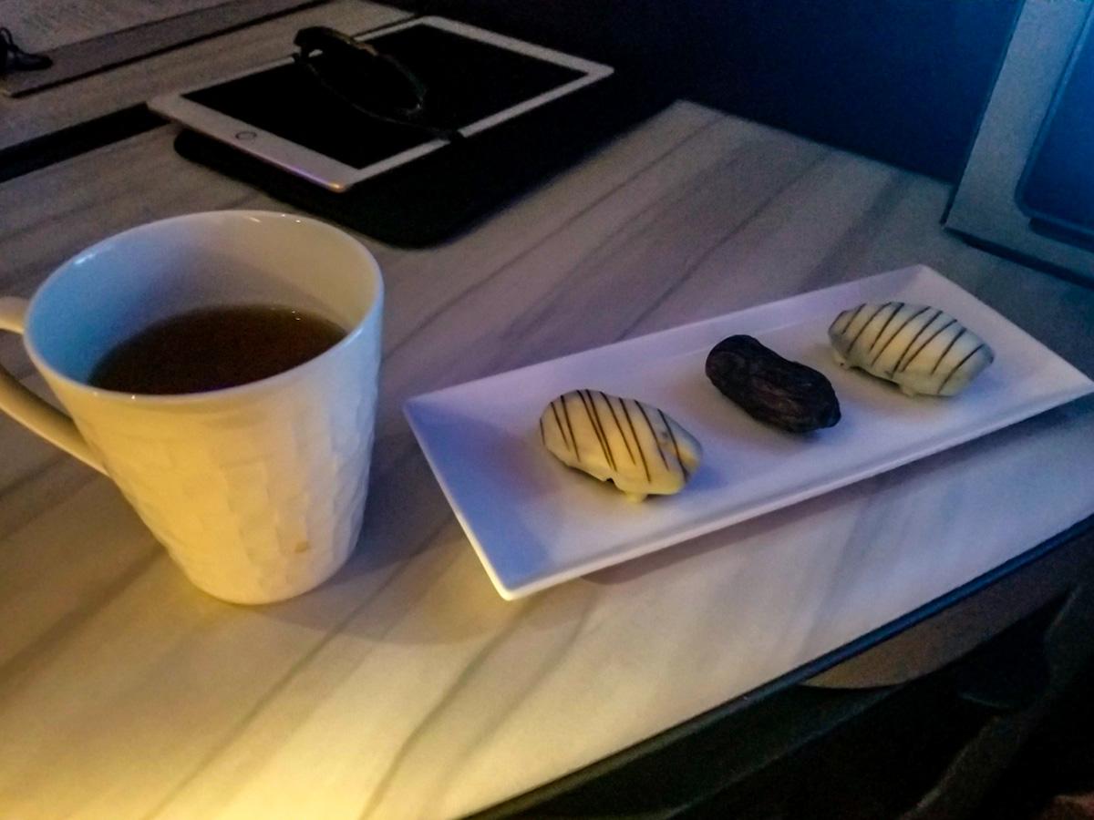 軽食のチョコがコーティングされたデーツ - カタール航空ビジネスクラスQsuite