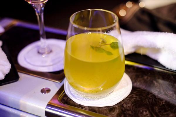 カタール航空ビジネスクラスのウェルカムドリンク ノンアルコール ライム&ミント(成田 - ドーハ QR807)