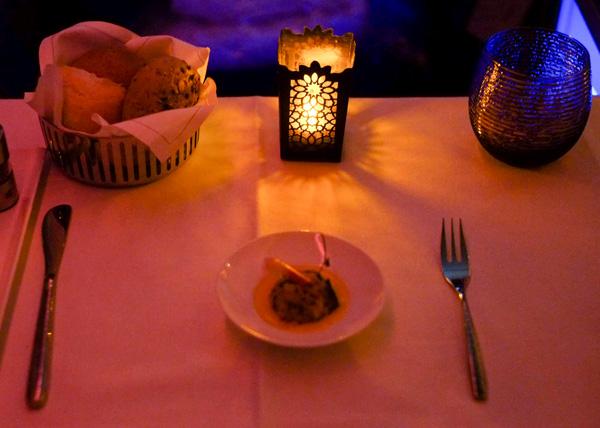 カタール航空ビジネスクラスのテーブルセッティング 夜(成田 - ドーハ QR807)