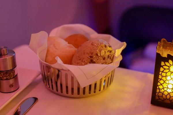 カタール航空ビジネスクラスの機内食 夜 パン3種(成田 - ドーハ QR807)