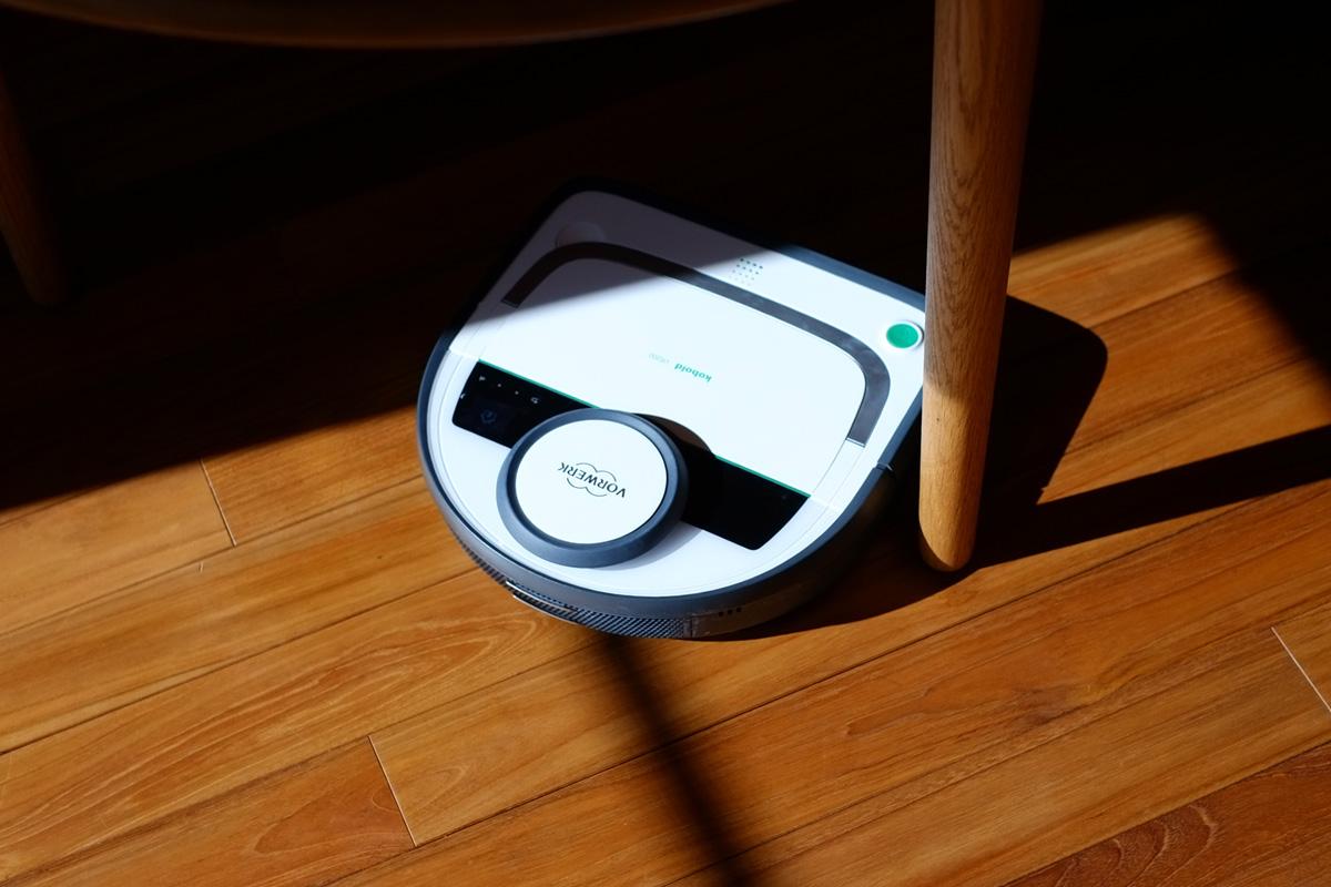 テーブルの脚もぶつかることなくくるりとかわす コーボルト の ロボット掃除機 VR200